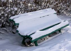 Скамейка-под-снегом