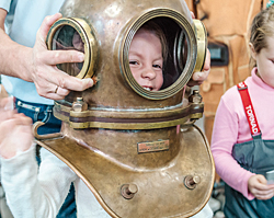 Виталина-в-водолазном-шлеме